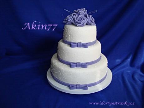 Svatební dort třípatrový s fialovými doplňky a jemným zdobením